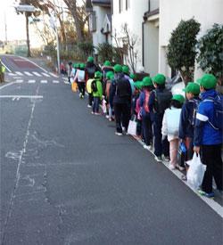 新たな通学路を通う児童の様子