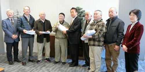 市長に反対署名を提出する新座市社会保障推進協議会の役員と共産党市議団 =3.1市長公室