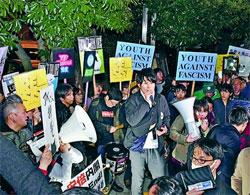 「国民なめんな!」安倍内閣へ怒りの声を上げる人たち=12日、首相官邸前