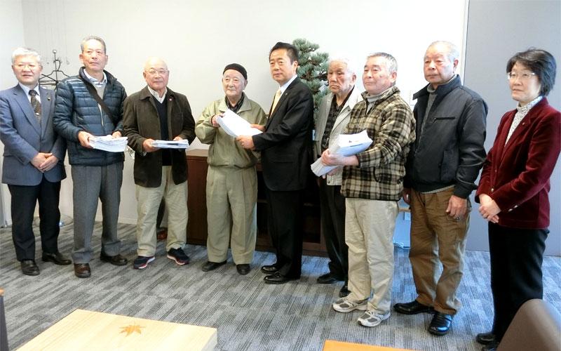 署名6083筆を市長に提出 国保税、介護保険料の値上げ中止を