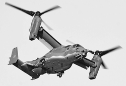 横田基地上空で旋回飛行するCV22オスプレイ=2日(羽村平和委員会提供)
