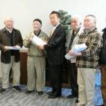 「国保税、介護保険料の値上げ反対署名」を市長に提出する新座市社会保障推進協議会と共産党市議団 3・1