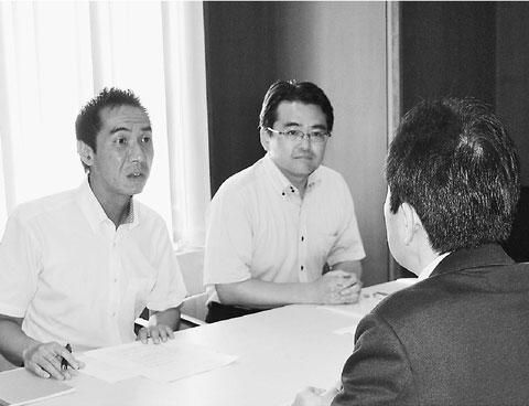 担当者から状況を聞く(左から)田中、畠山の両氏=1日、札幌市役所