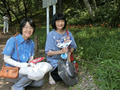 「キツネノカミソリ鑑賞会」に参加した(右から)工藤市議と石島市議