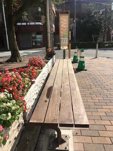 中央図書館前にベンチが設置