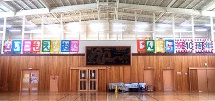 子どもたちの作成したパネル 左端が子どもたちのアイディアで作成した陣屋小学校のキャラクター「こぶっち」