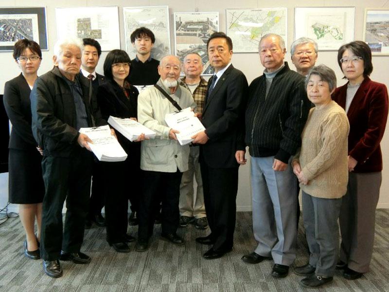 「市民サービスの継続を求める署名」を市長に提出