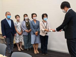 要望書を手渡す伊藤岳参議院議員と新座市議団