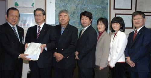 「国保税を引き下げよ」市長(当時)に署名を提出する あさか英義(2009.11)