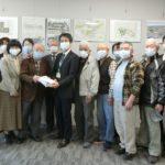 署名を山崎副市長に提出する社保協大森会長と役員、日本共産党市議団