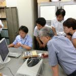 広報で使用した写真を選別してデーターベース化=尼崎市地域研究史料館での活動より