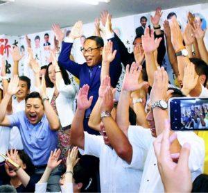 当選を喜ぶ大野氏(上段右から2人目)ら=25日、さいたま市
