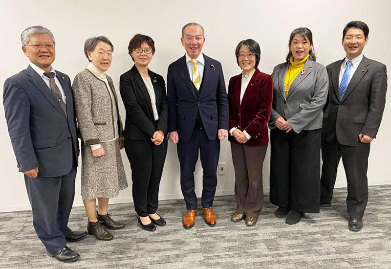 伊藤岳参議院議員(中央)と一緒に、市議と予定候補