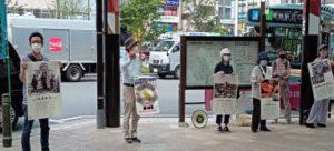 原爆パネルを掲げ、駅利用の市民にアピール